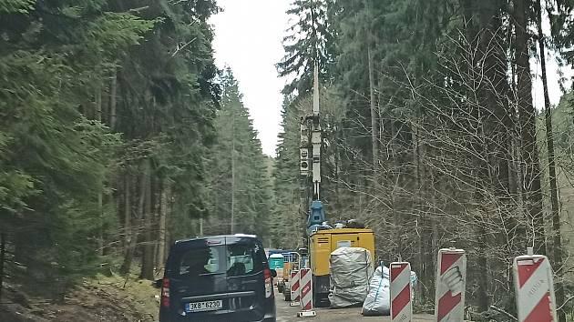 Ze Sokolova na Podstrání dělníci zpevňují a rozšiřují silnici.