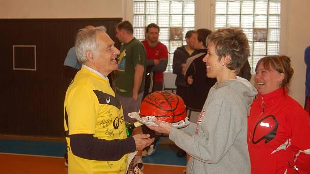 Jeden z mnoha darů které Matyáš Schuster (vlevo) dostal byl dort, který připomínal basketbalový míč.