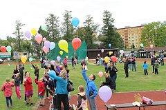 DEN otců slaví děti v Chodově vypuštěním balónků s přáním. Jejich cestu určí vítr, v minulosti doletěly do Jičína i do Kadaně.