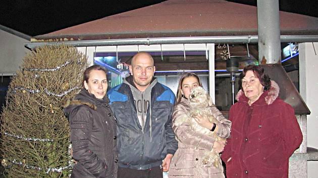 Rodina z Dolního Rychnova rozsvěcí svůj dům nejen o Vánocích, ale třeba i v létě. Reagují i na dění ve světě.