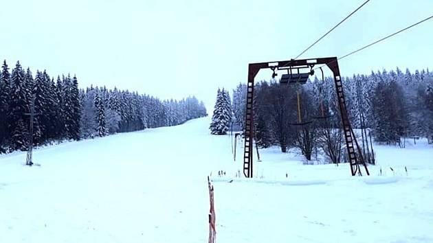 Skicentrum Lišák ve Stříbrné je uzavřené kvůli riziku pádu stromů.