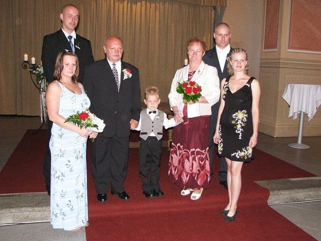 Své ano si včera dopoledne řekli snoubenci Božena Novotná a Milan Kulka v prostorách sokolovského kláštera. Podle ženicha si datum svatby s třemi osmičkami nijak zvlášť nevybírali.