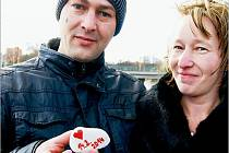 """JEDNÍM z celé řady odvážlivců byl také Martin Bodnár, který se spustil na Valentýna ze sokolovského Mostu lásky dolů k řece Ohři, aby odtud vylovil své přítelkyni Mirce Polívkové kamínek s datem připomínajícím tento den. """"Pro přítelkyni udělám vše,"""" dodal"""