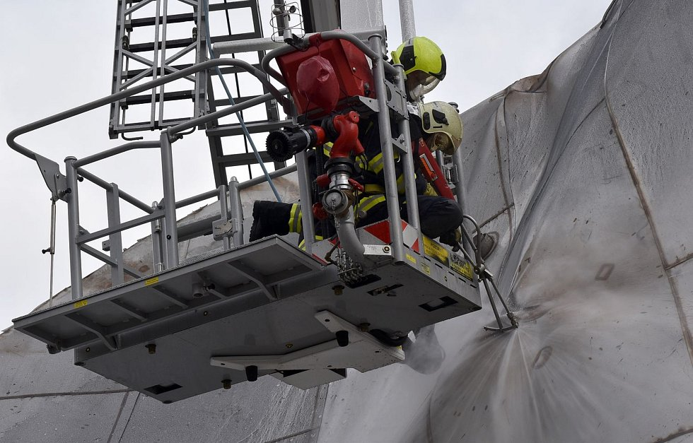 Zásah hasičů po výbuchu v sokolovské chemičce.