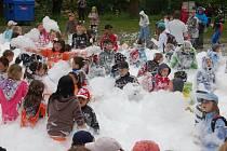 Dne dětí si užívali školáci v kraslických městských sadech. Atrakcí byla pěna, kterou jim nastříkali hasiči.