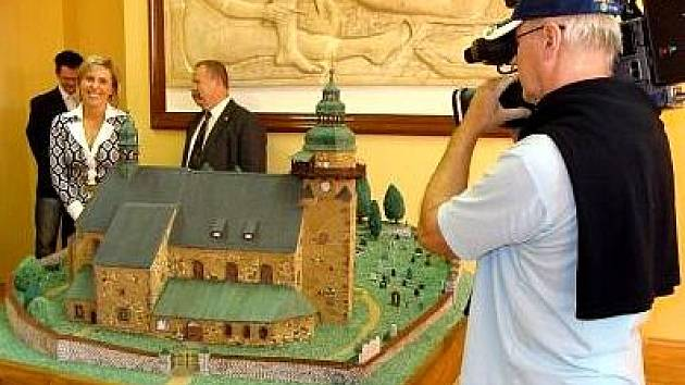 MAKETU KOSTELA dostalo město Horní Slavkov jako dar od zdejší věznice.