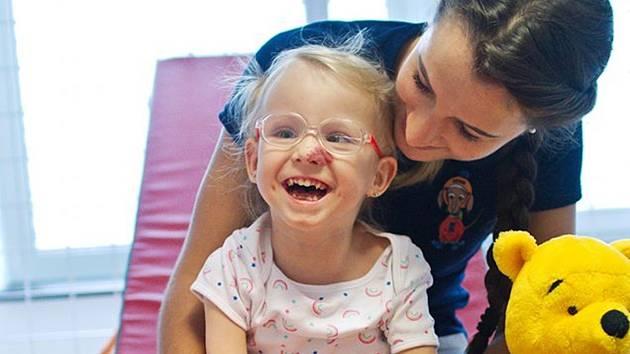 Navzdory osudu je Tonička veselá holčička. I velmi náročné rehabilitace zvládá s úsměvem.