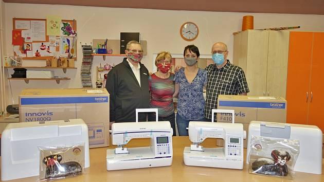 Rotary klub předal Mateřídoušce dva profesionální šicí stroje.