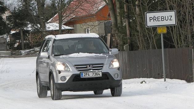 HORSKOU PŘEBUZ pokryl sníh a led. Jízdu do této lokality by tak řidiči měli pečlivě zvážit. Ačkoli je na silnici posyp, může vozidlo sklouznout po zledovatělém povrchu.