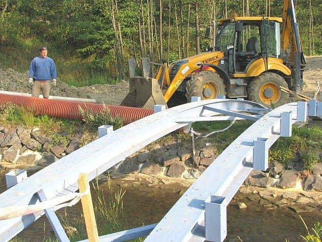 K nově vznikající odpočinkové zóně na okraji Vintířova povede několik cest. Potok překlene most, který má zatím jen kovovou konstrukci. I tudy se prý děti na staveniště dostávají.