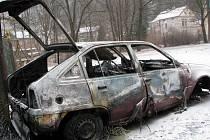 OHEŇ. Zapálil někdo odstavený vrak za základní školou v Kraslicích úmyslně? To je nyní v šetření.