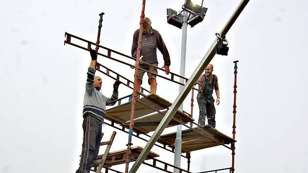 NOVINKOU  na Bublavě je rozšíření osvětlení sjezdovek (na snímku) a také rozšíření zasněžovacího systému. Ve Stříbrné zase bude nové dětské hřiště přímo na svahu.