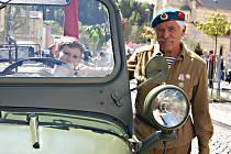 Lidé si v centru Kraslic mohli při oslavách výročí konce 2. sv. války prohlédnout historické vozy.