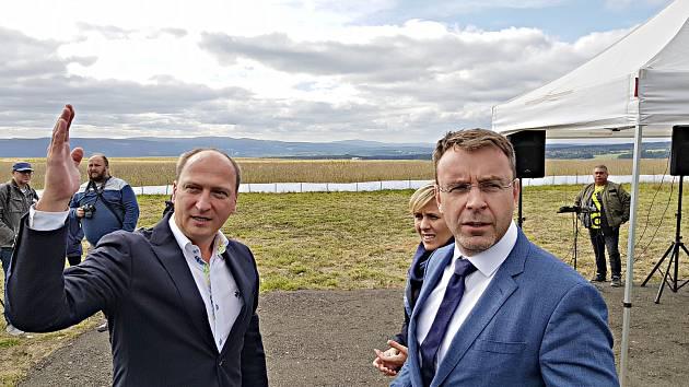 Ministr Vladimír Kremlík (vpravo) na Podkrušnohorské výsypce