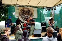 ROCKBEACH SOKOLOV. Rockový festival se v sobotu konal v areálu městského koupaliště v Sokolově. Zatímco loni se tam návštěvníci proháněli v plavkách u bazénu, o víkendu je museli kvůli prudkému ochlazení nechat doma.