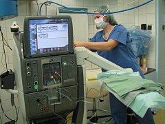 OČNÍ ODDĚLENÍ sokolovské nemocnice má k dispozici nový přístroj Constellation. Lékaři na něm už zvládli desítky výkonů.