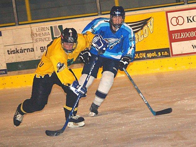 Krajská soutěž staršího dorostu: HC Baník Sokolov - HC Stadion Cheb (v modrém)