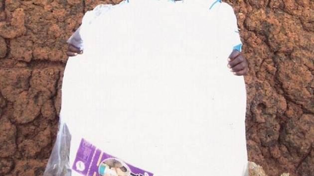ADOPCE. Africká dívka Lucy Achieng zdraví redakci Deníku.