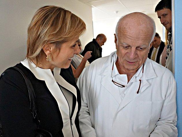 Vybudování moderního lůžkového oddělení ortopedie trvalo devět měsíců  a celou akci hradil Karlovarský kraj. Na snímku primář Oldřich Vastl s hejtmankou Janou Vildumetzovou.