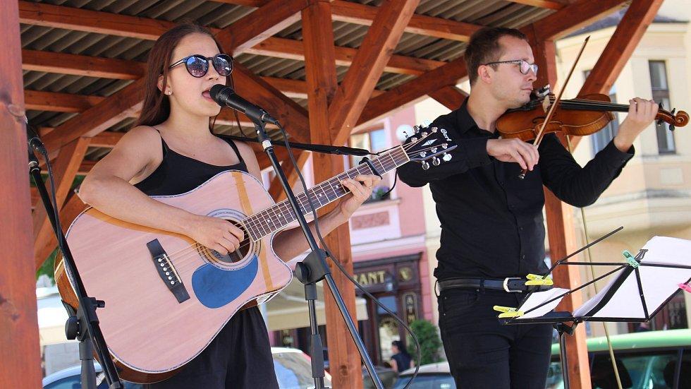 V knihovně zahrají a zazpívají i Lucka Šreinová a Víťa Adamec.