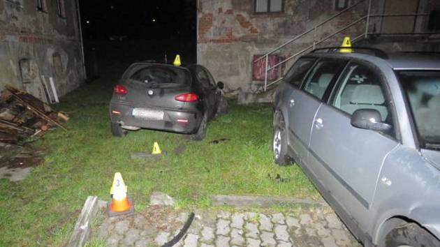 Ujížděl před policií a v rychlosti boural mezi domy, odneslo to už jednou nabourané auto.
