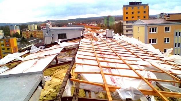 V Chodově strhla vichřice střechu panelového domu a polámala stromy. Foto: repro Deník