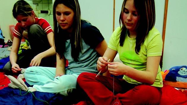 Noc z pátku na neděli strávila řada dětí v kinovnách. Společně si zde četly, hrály různé hry nebo například vyráběly loutky.