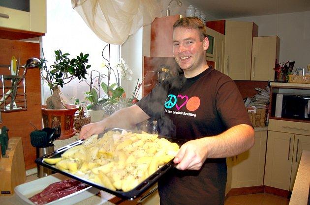 Jaroslav Obruča z Kraslic při přípravě rodinného receptu. V kuchyni je jako ryba ve vodě.