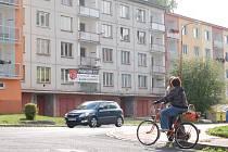 PANELOVÝ DŮM na sídlišti Sever v Kraslicích podle místních vůbec nevypadá jako zrekonstruovaný. Vnitřky jsou ale podle stavebního úřadu připravené k obydlení.