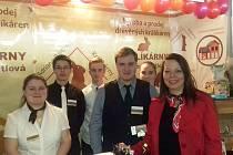 Fiktivní firma Adriana Bártlová, Králíkárny byla úspěšná na mezinárodním veletrhu v Praze.