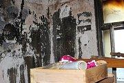 Shořelo všechno za domem, střecha, všechny místnosti v domě kromě kuchyně. A co nezničil oheň, poškodila voda.