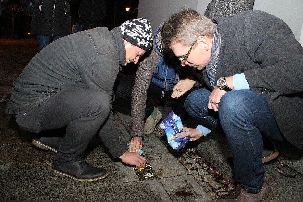 Pokládání kamenů zmizelých si v sobotu nenechaly ujít zhruba tři desítky lidí.