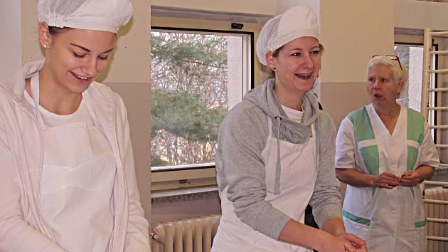 Před Vánocemi mají žákyně práce hodně. Pečou cukroví na zakázku a připravují třeba dorty na soutěž.