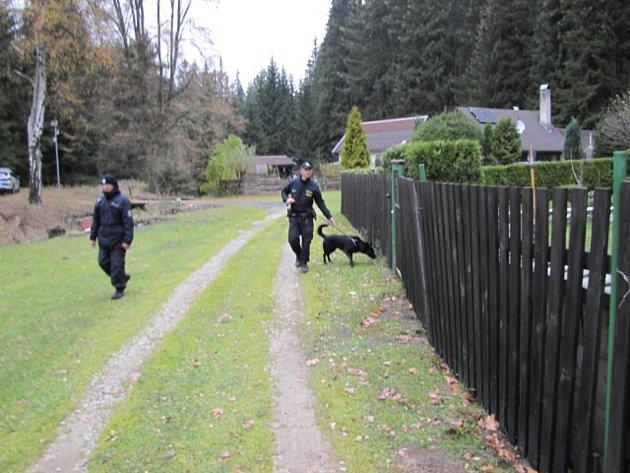 Policisté kontrolovali chaty a zahrady v Sokolově a jeho okolí.