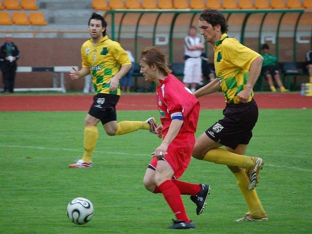 Obránce Správka fauluje Doksanského a Chomutov půjde z penalty do vedení.