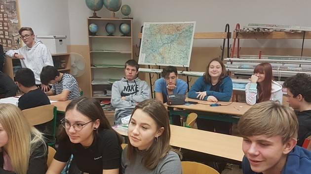 Deváťáci ze ZŠ Loket zpracovali projekt na téma sametová revoluce.