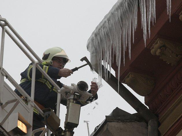 HASIČI sundávají rampouchy nebo sněhové převisy jen při mimořádných situacích. Majitelé objektů si na to musí přivolat specializovanou firmu.