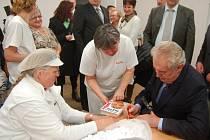 Prezident rozdal i několik podpisů.