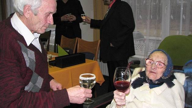 Juliana Sihelská pozdvihá číši domácího vína. Na své oslavě byla středem pozornosti, však je jí také rovná stovka.