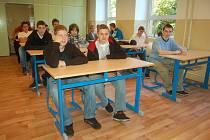 DO PRVNÍ MĚSTSKÉ střední školy usedlo včera pětadvacet žáků          v oborech strojní mechanik a nástrojař.