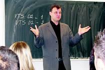 TOMÁŠ KÁBRT během přednášky studentům vyprávěl o aktivitách mladých lidí, kteří se za komunismu stavěli vládnoucímu režimu.