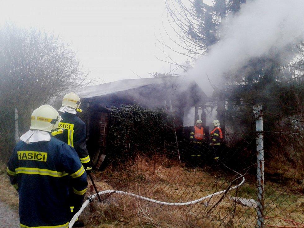 Při požáru chaty v zahrádkářské kolonii nebyl nikdo zraněn.