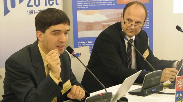 NA KONFERENCI v Sokolově  mluvil ve středu také Petr Navrátil (vlevo) a Josef Basl.