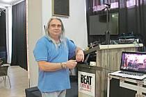 Music club Alfa vznikl v prostorách kinokavárny. Provozovatel Petr Schneider ho vybavil i aparaturou.