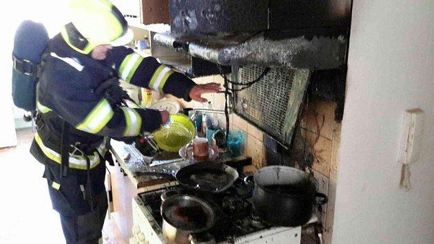 Sobotní požár sokolovského bytu. Při zásahu měli hasiči dopravní nehodu
