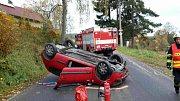Řidička nezvládla průjezd zatáčkou, auto převrátila na střechu.