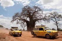 Trabanty na snímku projíždí Afrikou