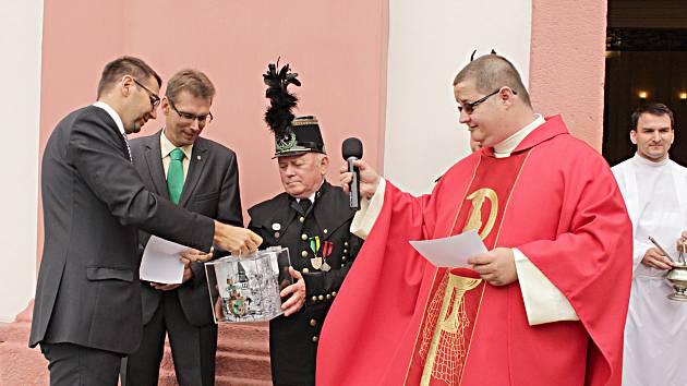 První příspěvek do sbírky na doplnění zvonice v kostele sv. Vavřince vhodil do pokladničky starosta Patrik Pizinger.