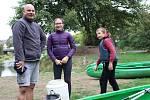 Na poslední letošní plavbu z Kynšperka do Sokolova se vydalo na 70 vodáků. Tam zahrály kapely a víla zamkla pro letošek Ohři.