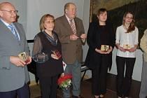 Křesadlo jako ocenění práce dobrovolníků letos na hradě v Lokti převzali (zleva) František Havinger, Anna Hirtová, Vladimír Král, Hana Šimková, Markéta Gossová a Milan Prokeš.